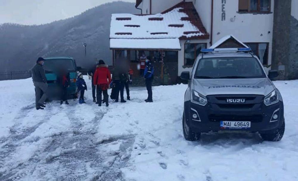 8 turişti coborâţi în siguranță cu ajutorul jandarmilor din Voineasa