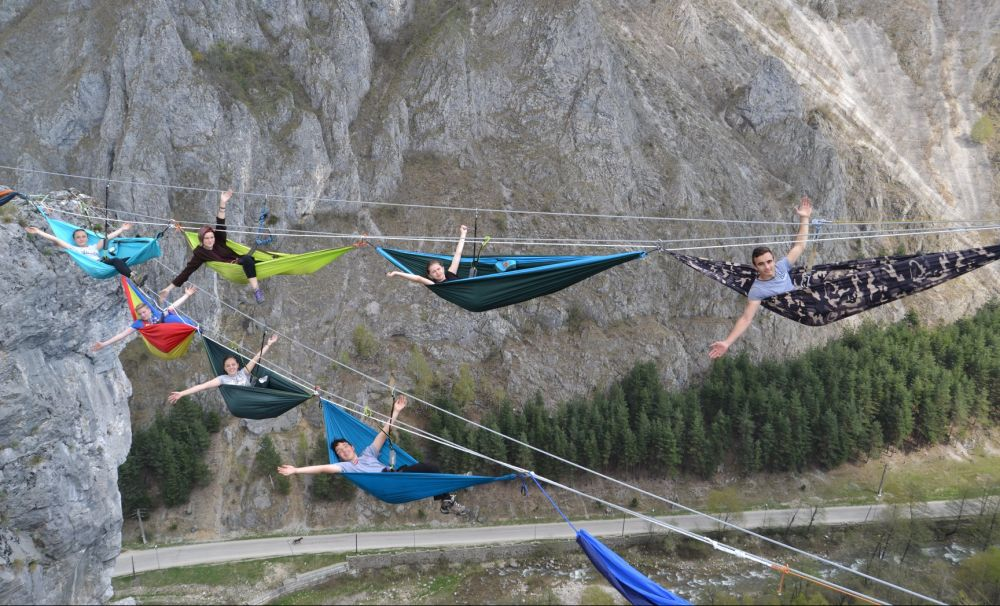 Adrenalină la maxim, în Baia de Fier din Gorj!   Suspendaţi la 200 de metri, în hamac