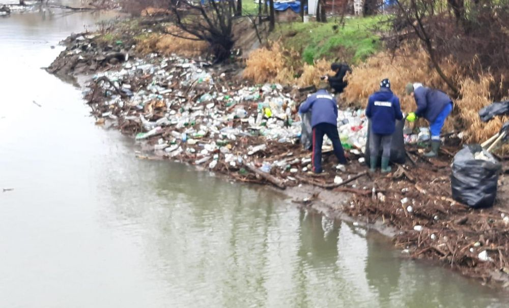 Barajul flotor de la Coramnic s-a rupt!  Operațiunea de curățare a râului Cerna se desfășoară cu dificultate