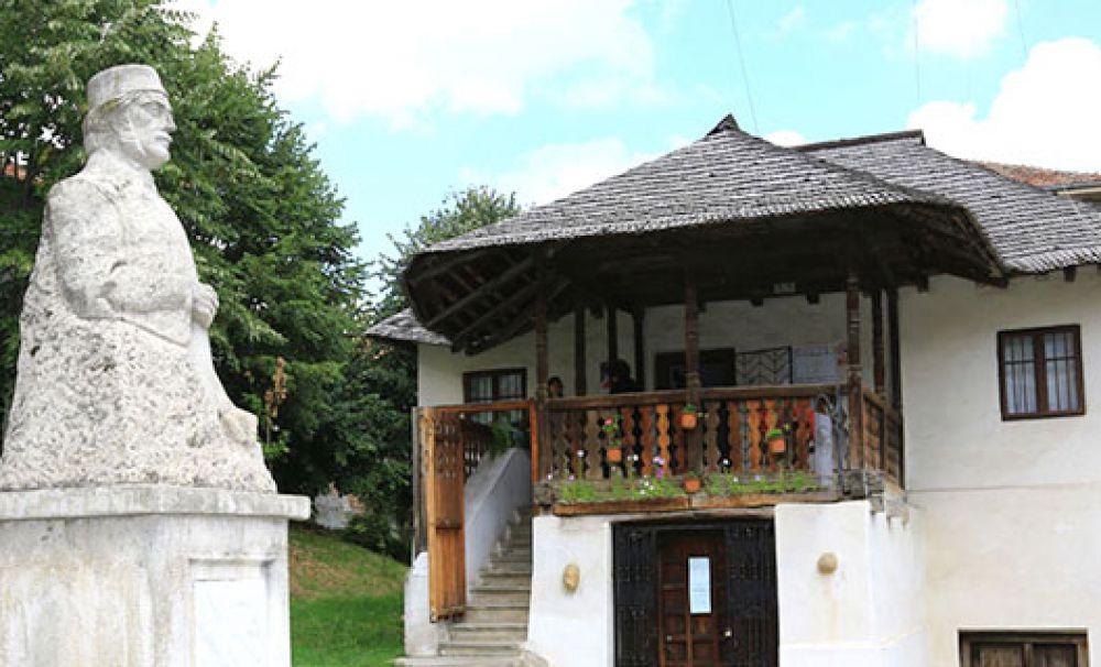 Casa memorială Anton Pann este amplasată pe Strada Ştirbei Vodă, nr. 4, Râmnicu Vâlcea