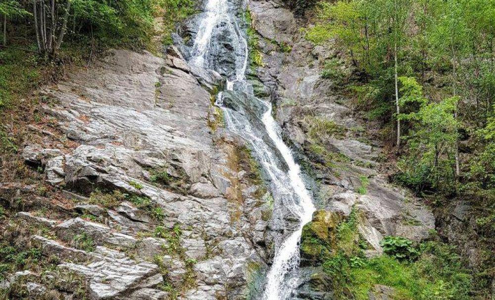 Cascada Lotrișor - singura cascadă din țară ale cărei ape trec printr-un tunel de 30 metri lungime