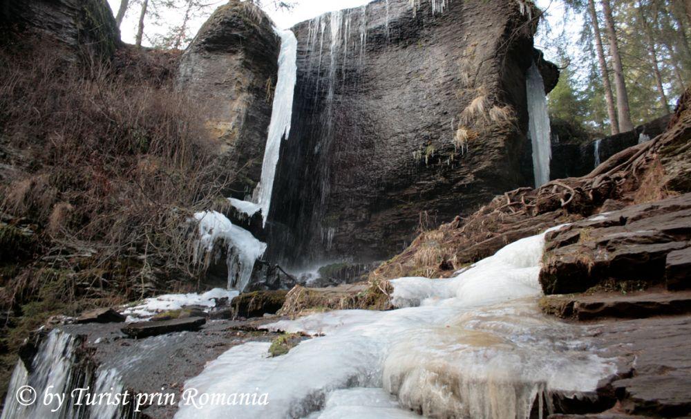 Creația înghețată a naturii - Cascada Vărșag