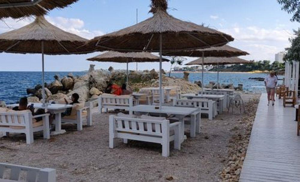 De la 1 iunie se redeschid terasele și plajele. Se pot organiza spectacole în aer liber cu maxim 500 de persoane