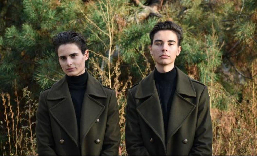 Ei sunt gemenii talentaţi de la un liceu de arte din Craiova!  Realizează broderii şi coafează în timpul liber