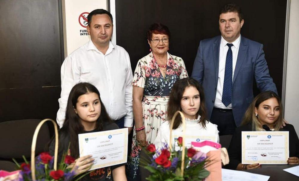 Elevii care au obţinut media 10 la evaluarea naţională au fost premiaţi