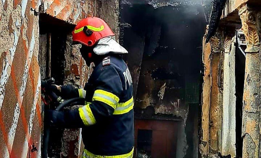 Incendiu puternic în Olt! Proprietarii au suferit arsuri grave