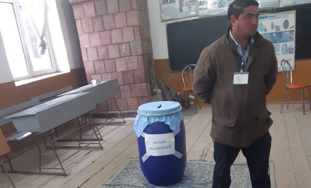Incredibil! Electoratul din comuna Şuşani din Vâlcea a votat într-un ...butoi