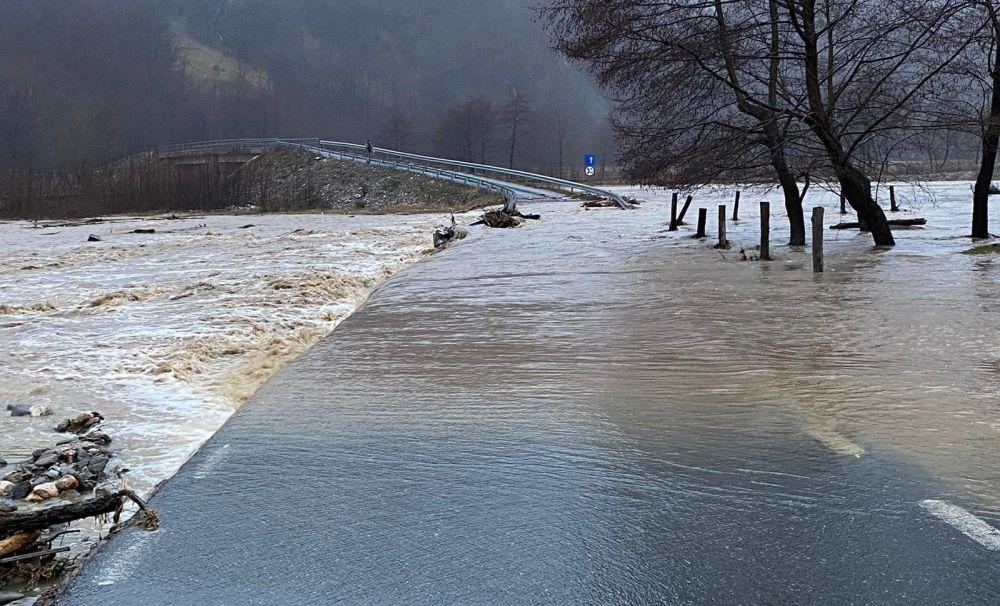 Inundaţii în Vâlcea! Zeci de locuinţe afectate