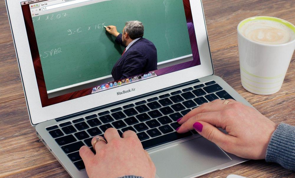 Învăţământul se poate desfăşura online pe perioada stării de urgenţă
