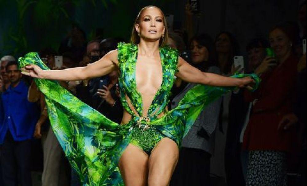 Jennifer Lopez, apariție strălucitoare cu rochia celebră Versace de culoare verde, simbolul Google Images