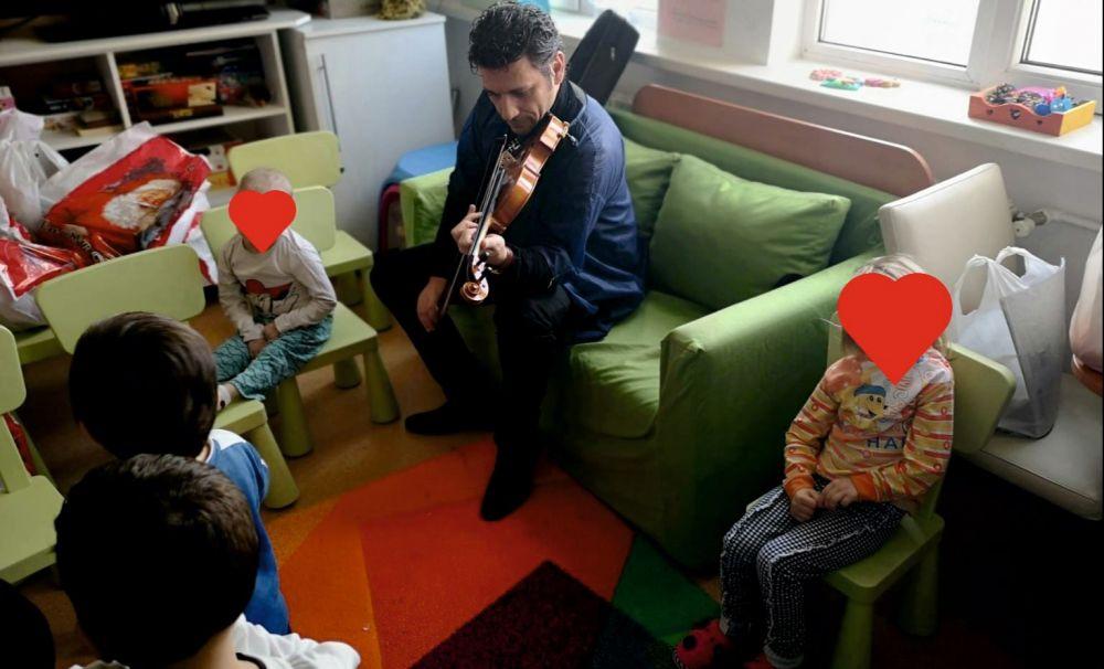 Maestrul Dan Bozgan le-a cântat copiilor de la Secția de oncopediatrie a Spitalului Județean Craiova