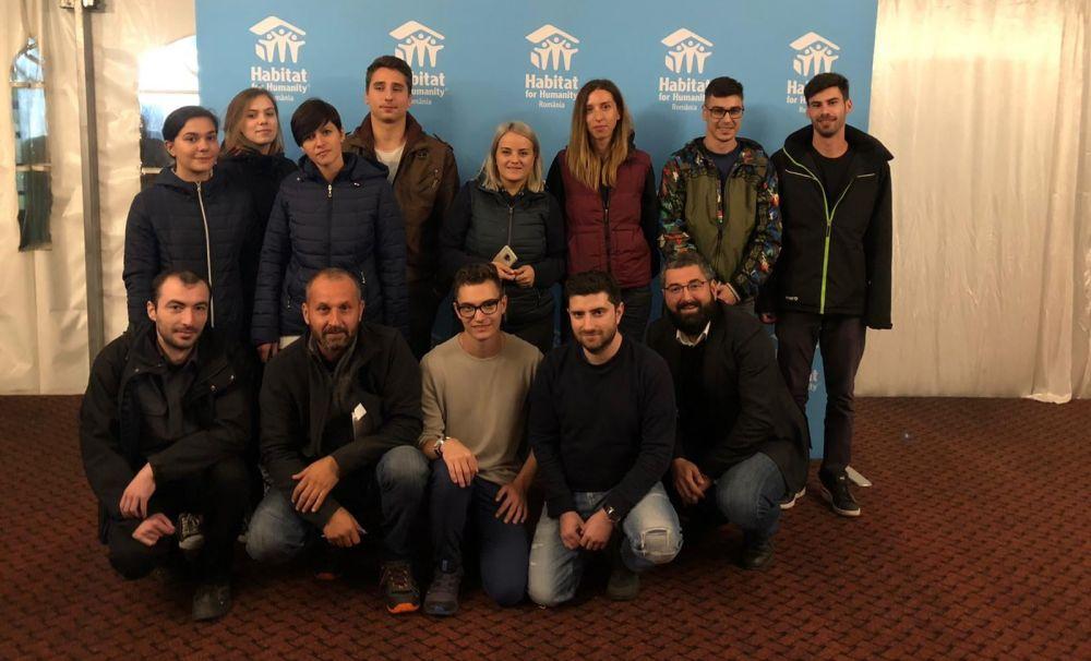 Membrii Fundaţiiei pentru SMURD, voluntari pe şantierul de la Vaideeni! Au constuit case pentru sinistraţi