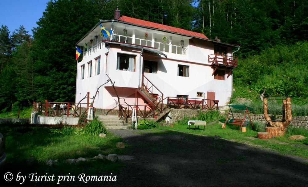 O cabană cu tradiție, într-o zonă de vis: Cabana Cerbu, Valea Minișului