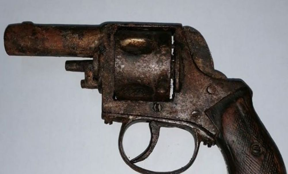 Olt/S-a ales cu dosar penal pentru că a încercat să vândă un pistol muzeu