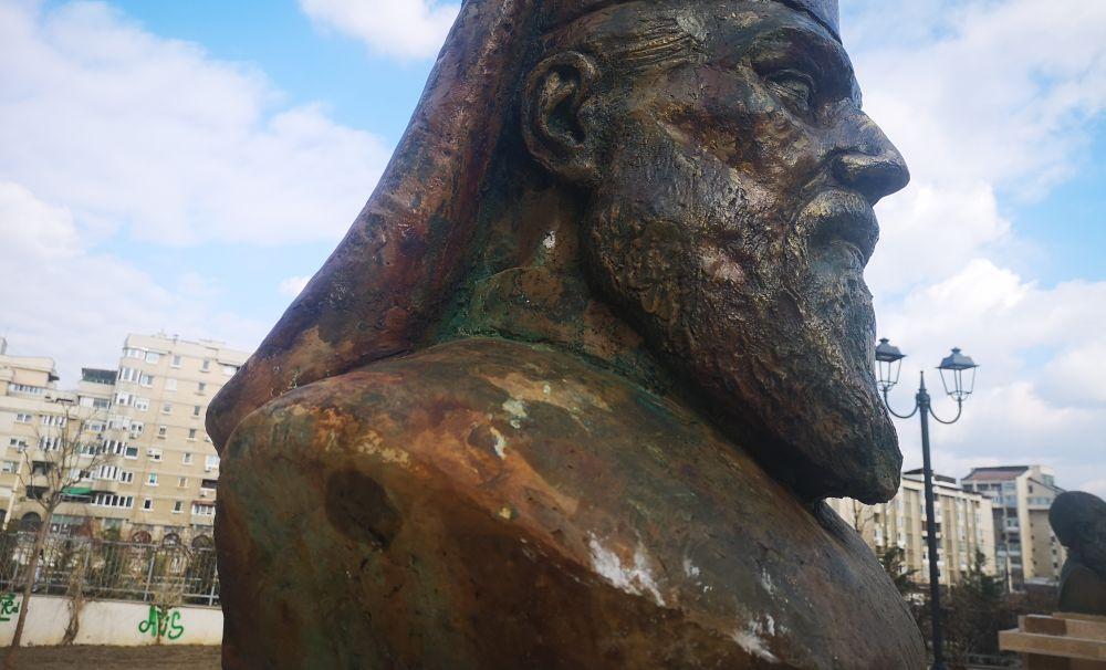 Personalități batjocorite! Primăria Craiova a instalat busturi ruginite, lipite cu chit auto, în spatele unor blocuri