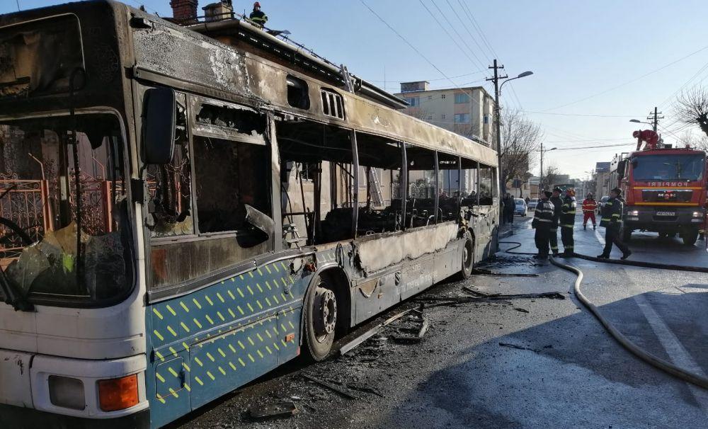 Primăria Craiova a intrat cu stângul în 2020: pagube majore după ce un autobuz RAT  a ars ca o torță