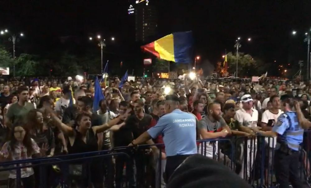 Zeci de mii de protestatari au cerut guvernului să plece. Jandarmeria, noi provocări după violențele din urmă cu un an